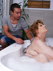 Big mature lady getting a scrub in her bath