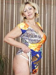 Mature slut sucking her nipples