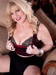 Blondie mature Dawn Jilling posing